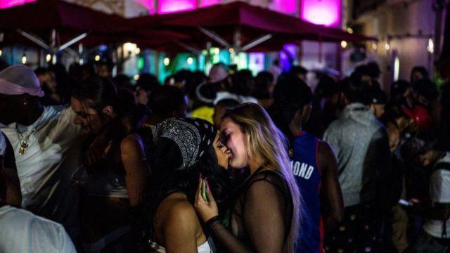 couple kiss in Miami Beach