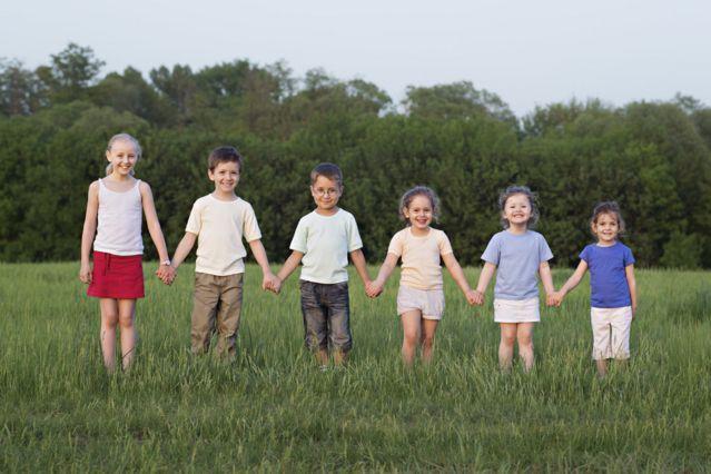 Crianças em 'escadinha' de altura