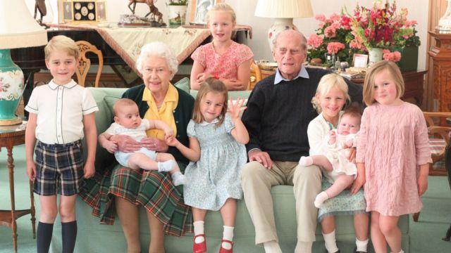 صورة جديدة يعود تاريخها إلى عام 2018 تظهر الملكة أليزابيث والأمير فيليب يحيط بهم سبعة من ابناء احفادهم، وهم (من اليسار إلى اليمين) الأمير جورج، والأمير لوي، وسافانا فيليبس (واقفة في الخلف)، والأميرة شارلوت، وآيلا فيليبس وهي تحمل لينا تيندال، وميا تيندال.