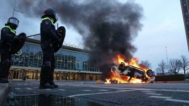 Un carro incendiado en Eindhoven.