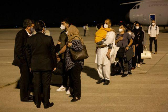 El ministro de Inclusión, Seguridad Social y Migraciones, José Luis Escrivá, y el ministro de Asuntos Exteriores, Unión Europea y Cooperación, José Manuel Albares, reciben en la pista a los pasajeros evacuado de Kabul, 19 de agosto de 2021 en Torrejón de Ardoz, Madrid, España