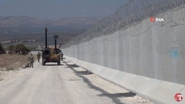 A glimpse of the wall built by Turkey on the border with Syria