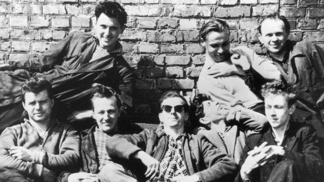 Lee Harvey Oswald con amigos en Minsk