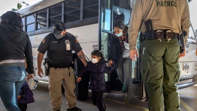 Agentes de inmigración de EE.UU. liberan a los solicitantes de asilo en una estación de autobuses el 25 de febrero de 2021 en Brownsville, Texas