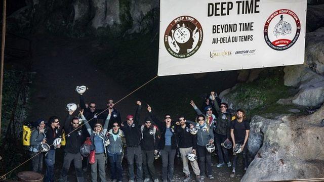 Los voluntarios al salir de la cueva de Lombrives