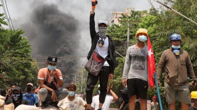 양곤의 시위대는 군부의 경고를 무시하고 거리에 나섰다