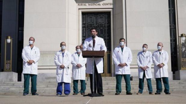 الدكتور شون كونلي خارج مركز والتر ريد الطبي