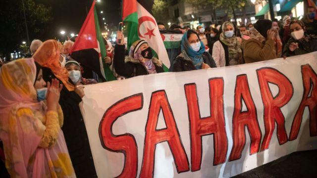 نساء بالزي الصحراوي يتظاهرن في إسبانيا دعما لقضية الصحراء الغربية