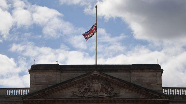 تم تنكيس الأعلام على قص بكنغهام