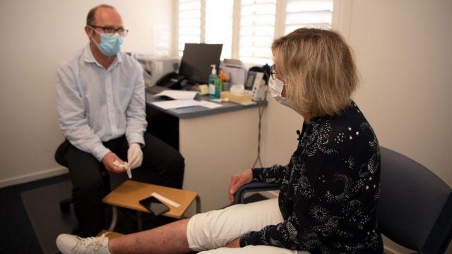 Daniel O'Brien em consulta com paciente