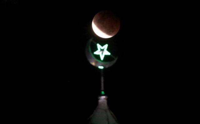 Eclipse lunar é observado sobre a cúpula da Mesquita Al Azhar em Jacarta, na Indonésia