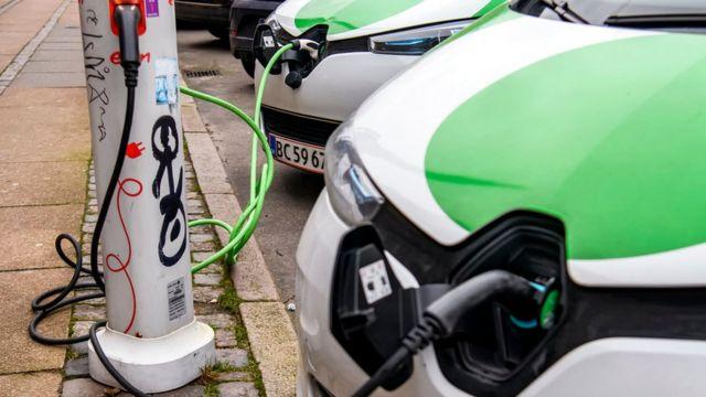 Autos eléctricos cargando en Copenhage, Dinamarca.