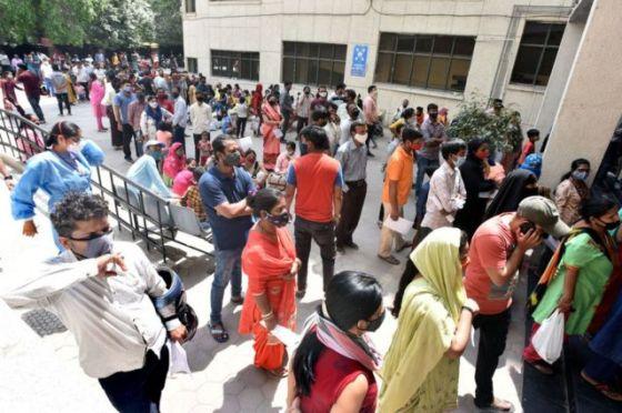 Orang-orang berbaris untuk menjalani tes Covid-19 selama kamp pengujian khusus di rumah sakit Chacha Nehru di koloni Geeta, pada 16 April 2021 di New Delhi, India.