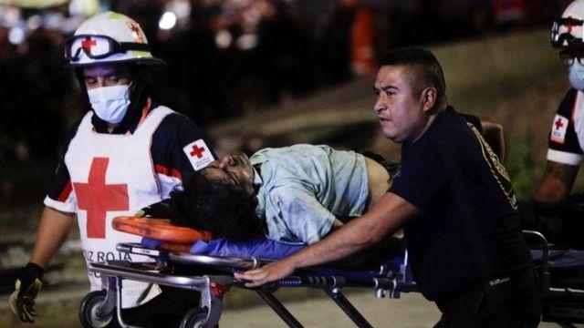 병원으로 이송되는 부상자