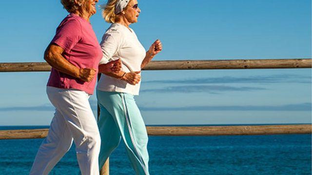 امرأتان تتريضان على الشاطئ