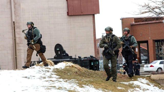 중무장한 경찰이 현장에 투입됐다