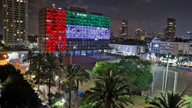 Calanka UAE oo lagu harday dhisamaha dowladda hoose ee magaalada Tel Aviv, Israel