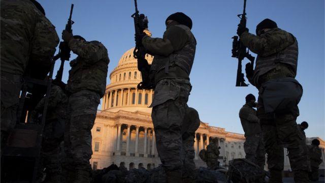 Guardias armados frente al Capitolio de Estados Unidos