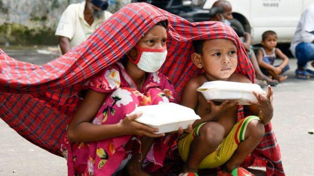 iki bangladeşli çocuk.