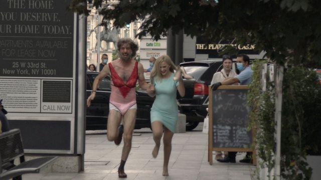 "Sacha Baron Cohen y Maria Bakalova en ""Borat Subsequent Moviefilm"""