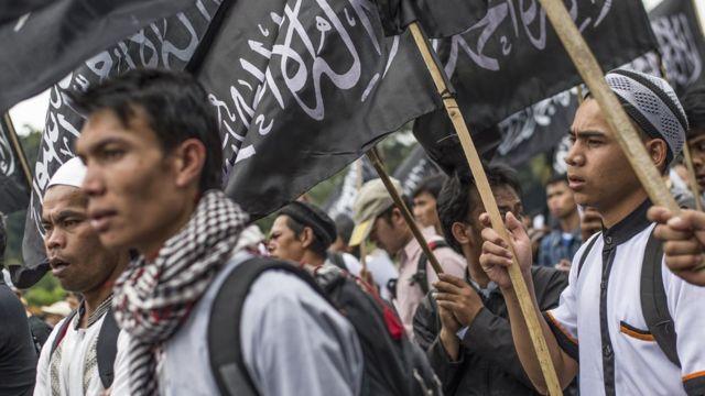 Hizb-ut Tahrir'in Endonezya'daki üyeleri bir gösteri sırasında.