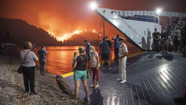 Yunanistan'da Evia Adası'dan tahliye edilen halk