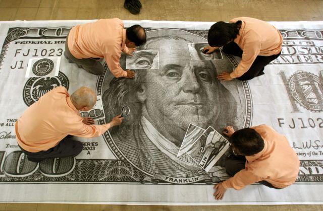 2006년 일본 은행 직원들은 위조지폐 '수퍼달러'를 400배 확대한 뒤에야 겨우 들여다 볼 수 있었다