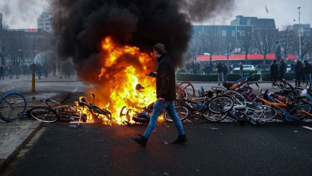 Barricada con bicicletas incendiadas bloqueando una calle en Eindhoven.