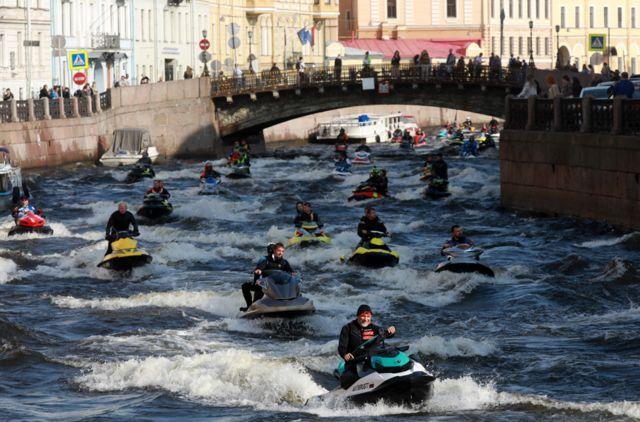 Waa sawir la qaaday xilli lagu jiray dabaal-degga maalinta dalxiiska, goobtuna waa kanaal ku yaal magaalada St Petersburg ee Ruushka.