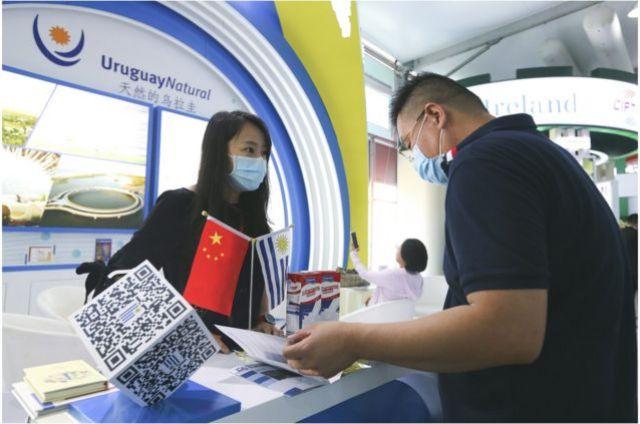 2020年9月4日至9日,中国国际服务贸易交易会于9月4日至9日在北京举行。在中国国际服务贸易交易会国别和省区市专区,乌拉圭展位的工作人员(左)与参观者交谈(2020年9月资料照片)。