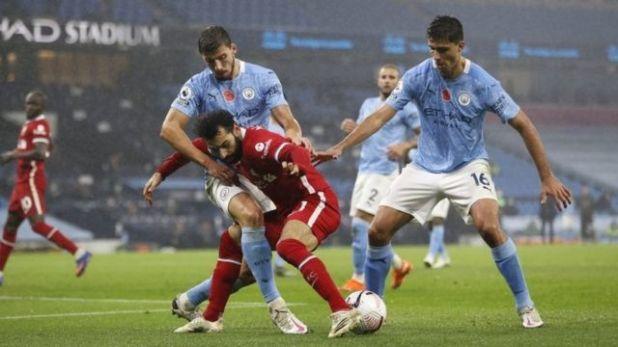محمد صلاح يراوغ لاعبين من مانشستر سيتي