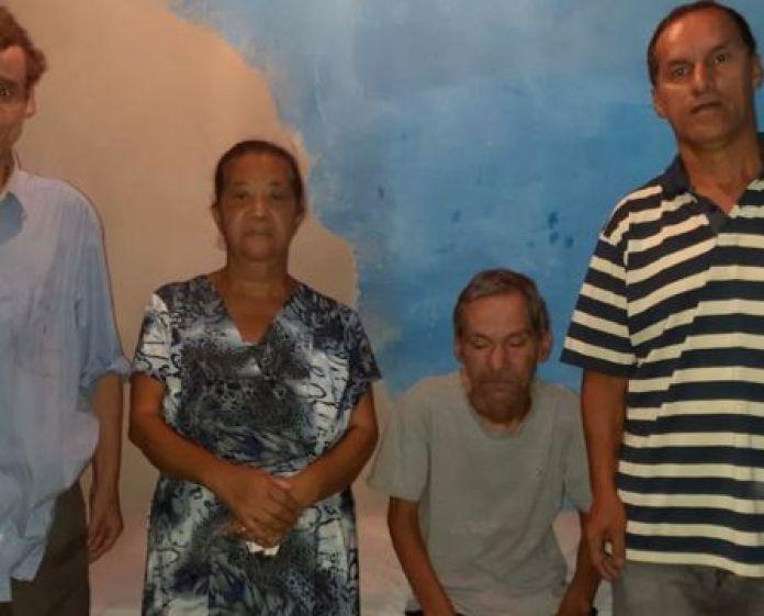 Luciene ao lado dos cunhados e marido (camiseta listrada)