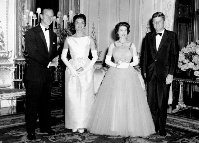 从右到左:约翰。 肯尼迪,杰奎琳。 肯尼迪,伊丽莎白女王和菲利普亲王在伦敦白金汉宫(5/6/1961)