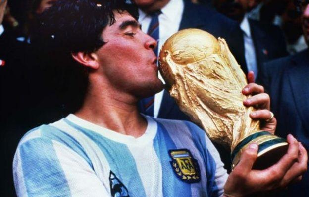 Diego Maradona oo gacanta ku hayo Koobka adduunka