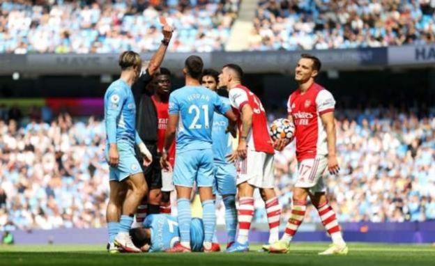 Referee give Xhaka red card