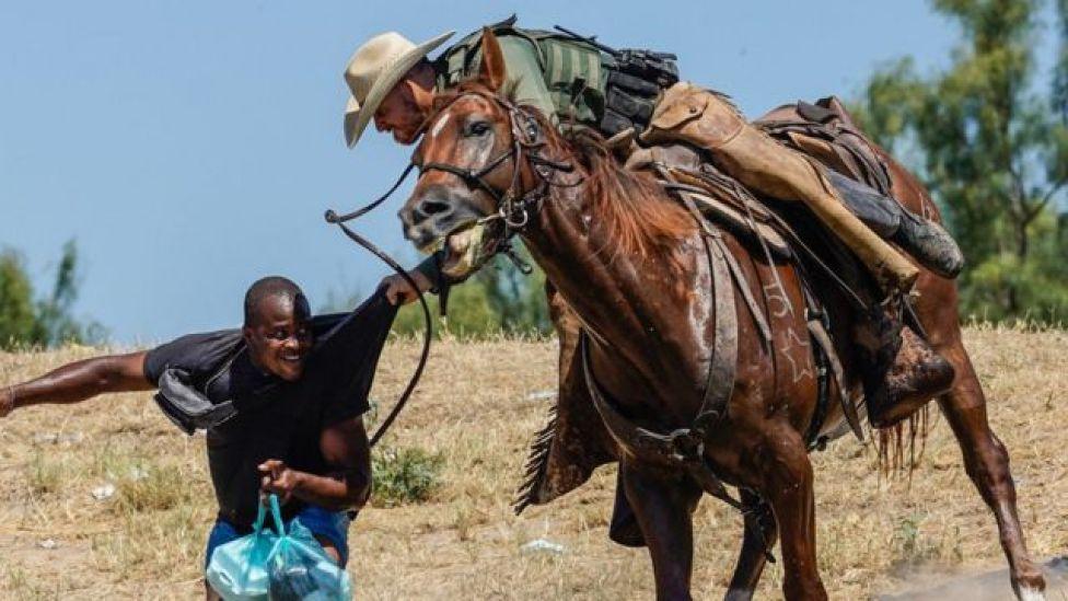 Un agente de la patrulla fronteriza pelea con un haitiano