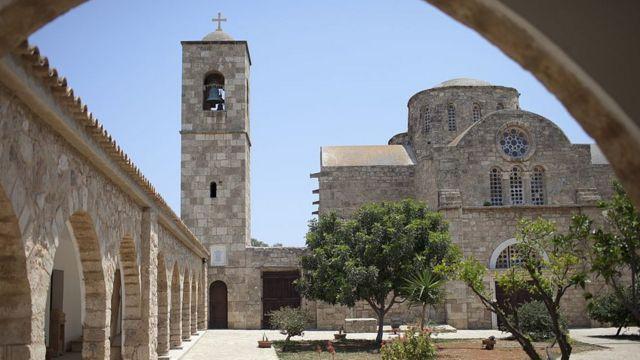 Kutlu Adalı, Kuzey Kıbrıs'taki St. Barnabas Manastırı'na 14 Mart 1996'da yapılan silahlı baskında Sivil Savunma Teşkilat Başkanlığı'na bağlı araçların kullanıldığını ileri sürmüştü.