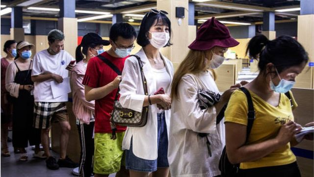People in the Chinese city of Wuhan queue to receive the second dose of the vaccine against the Corona virus.