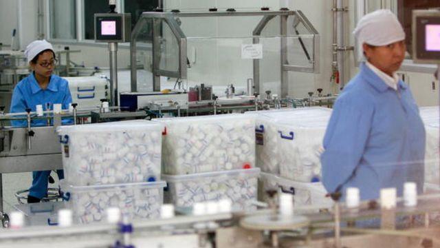 Trabalhadores numa fábrica de medicamentos na China