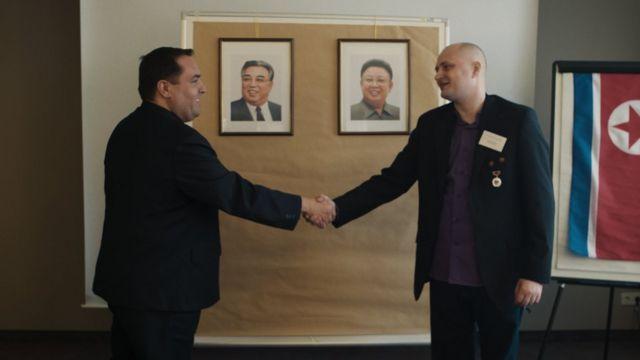 알레한드로 카오 데 베노스와 울리히 라센이 독일 KFA 모임에서 악수를 나누고 있다