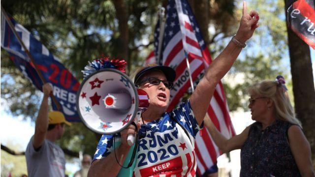 많은 보수주의자들은 여전히 도널드 트럼프를 강력히 지지한다