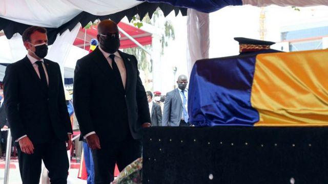 Le président français Emmanuel Macron (à gauche) et le président de la République démocratique du Congo Felix Tshisekedi (à droite) se recueillent devant le cercueil du défunt président tchadien Idriss Deby Itno lors des funérailles nationales à N'Djamena, le 23 avril 2021.