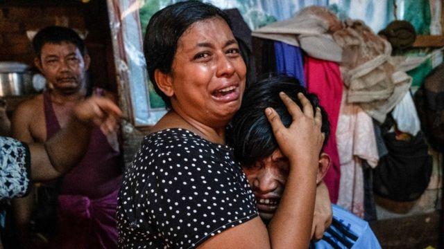 Familiares lloran frente a un hombre después de que lo mataran a tiros durante una represión de manifestantes contra el golpe en Yangon, Myanmar, el 27 de marzo de 2021.