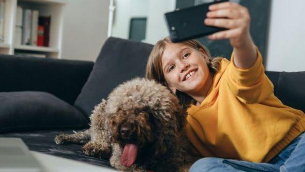 طفلة تلتقط صورة سيلفي