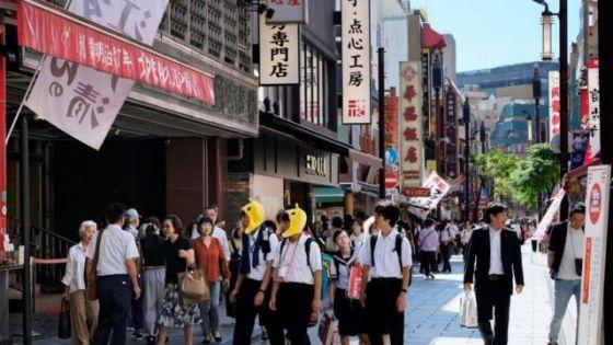 人们穿过横滨的唐人街