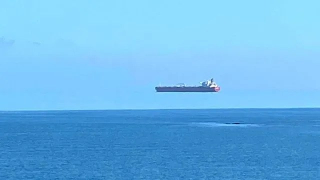 마치 바다 위를 나는 듯한 모습의 배 사진은 위신기루로 인한 착시현상이었다