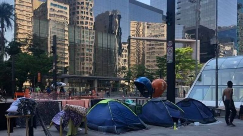 Street dwellers' stalls on Avenida Paulista, in São Pauki