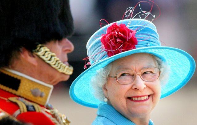 菲利普亲王(左)和皇后(右)观看阅兵(6/13/2009)
