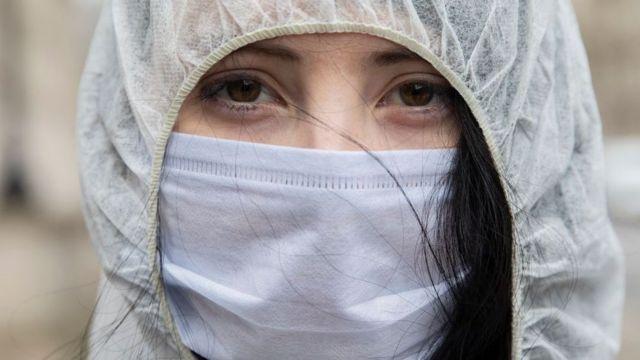 maskeli bir kadın.