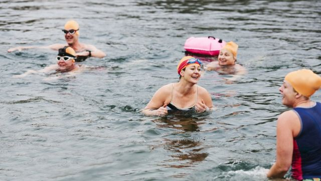 نساء يسبحن